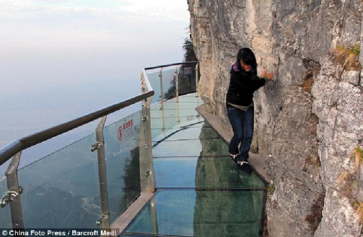 Cina, sentiero di vetro sospeso nel vuoto