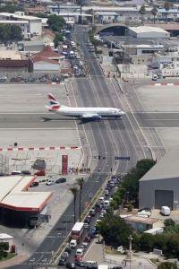 dove le auto attendono al semaforo le partenze degli aerei