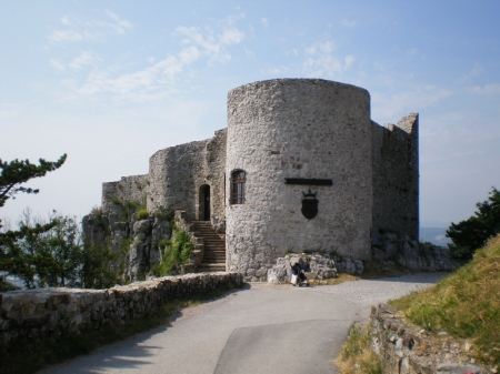 Si trova sopra Prebenico, frazione di San Dorligo della Valle, in provincia di Trieste