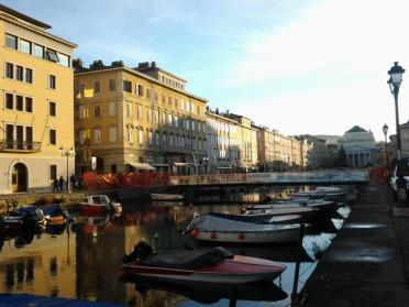 Foto del nuovo ponte pedonale sul Canal Grande di Trieste