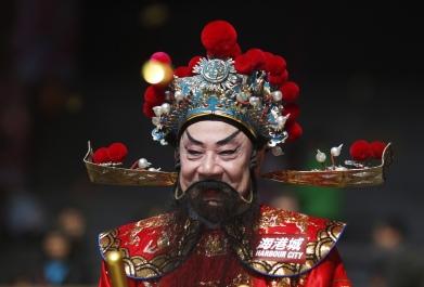 Uomo travestito da Dio della fortuna, Hong Kong